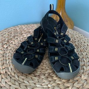 KEEN size 8.5 Black Clearwater CNX Hiking Sandals